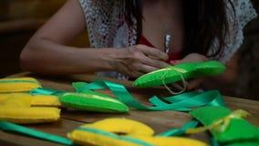 Met de hand gemaakte meisjes die brieven van gevoeld naaien stock videobeelden