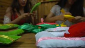Met de hand gemaakte meisjes die brieven van gevoeld naaien stock video
