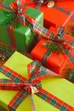 Met de hand gemaakte modern stelt in gekleurd document voor dat met de rode, groene bogen van het satijnlint wordt verfraaid Gewa Stock Afbeeldingen