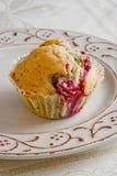 Met de hand gemaakte muffin met kers op de plaat Stock Afbeelding