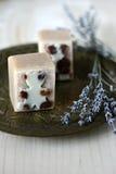 Met de hand gemaakte natuurlijke lavendelzeep royalty-vrije stock foto