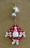 Met de hand gemaakte Nieuwjaaramulet obereg met sneeuwman en klokken Royalty-vrije Stock Afbeelding
