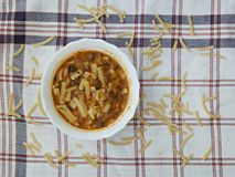 Met de hand gemaakte noedels, Turks voedsel, noedelsvoedsel Stock Fotografie