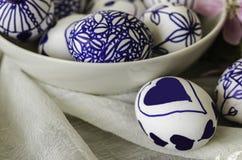 Met de hand gemaakte ontwerpen getrokken paaseieren, Stock Foto