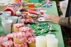 Met de hand gemaakte ornamenten voor verkoop bij de lokale ambacht Stock Afbeelding