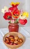 Met de hand gemaakte paaseieren met tulpen Royalty-vrije Stock Afbeeldingen