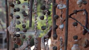Met de hand gemaakte parels van zeeschelpen die op een kabel hangen stock footage