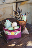 Met de hand gemaakte Pasen-decoratie op houten lijst in buitenhuis Stock Foto's