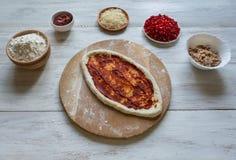 Met de hand gemaakte pizza met van de tonijn het vullen en granaatappel zaden royalty-vrije stock afbeelding