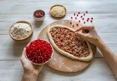 Met de hand gemaakte pizza met van de tonijn het vullen en granaatappel zaden royalty-vrije stock fotografie