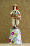 Met de hand gemaakte poppen mollige vrouw in een badpak en een strohoed op a Stock Foto's