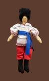 Met de hand gemaakte poppenjongen in Oekraïens volkskostuum Stock Foto's