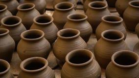 Met de hand gemaakte potten in India stock video