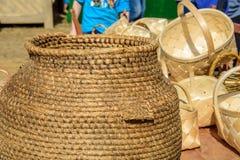 Met de hand gemaakte rieten manden bij de internationale Toernooien van het ridderfestival van Heilige George Stock Foto