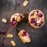 Met de hand gemaakte ruwe eiwitenergiebars of kaastaarten, superfood gezonde snack stock fotografie
