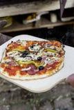 Met de hand gemaakte salamipizza Royalty-vrije Stock Fotografie