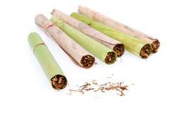 Met de hand gemaakte sigaar en tabak - Royalty-vrije Stock Fotografie