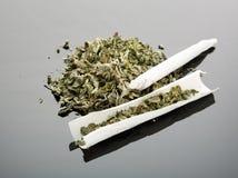 Met de hand gemaakte sigaret op grijze achtergrond Stock Foto's