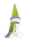 Met de hand gemaakte sneeuwman met gehaakte sjaal, hoed, ogen, wortelneus en kleurrijke knopen Royalty-vrije Stock Foto