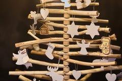 Met de hand gemaakte spar Decoratie van houten stokken wordt gemaakt die stock afbeelding