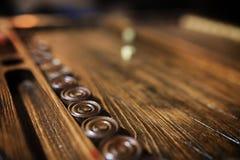 Met de hand gemaakte spel de lijst dobbelen en backgammon het Gokken Stock Foto's