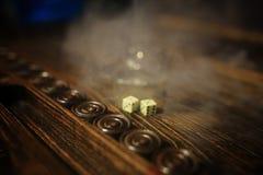 Met de hand gemaakte spel de lijst dobbelen en backgammon het Gokken Royalty-vrije Stock Foto