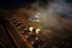 Met de hand gemaakte spel de lijst dobbelen en backgammon het Gokken Stock Foto