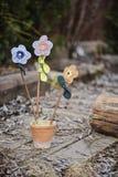 Met de hand gemaakte stoffenbloemen in ceramische pot in vroege de lentetuin Royalty-vrije Stock Foto