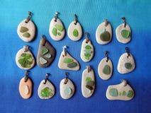 Met de hand gemaakte tegenhanger die overzees glas en overzeese steen, Litouwen gebruiken stock afbeelding