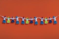 Met de hand gemaakte textielpoppen op achtergrond, traditionele Oekraïense volksvoddenpop Motanka in etnische stijl, oude cultuur Royalty-vrije Stock Foto's