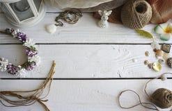 Met de hand gemaakte toebehoren die hulpmiddelen op witte houten lijst maken Royalty-vrije Stock Fotografie