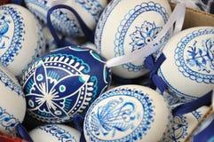 Met de hand gemaakte traditionele blauwe en witte Paaseieren Stock Foto