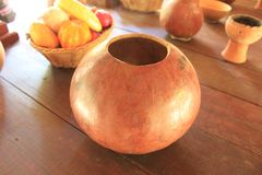 Met de hand gemaakte vaas op houten lijst stock afbeeldingen