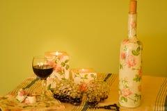 Met de hand gemaakte verfraaide voorwerpen en wijn Stock Fotografie