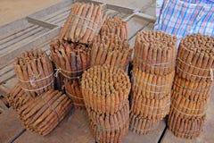 Met de hand gemaakte vers gerolde sigaren bij landbouwersmarkt in Villarrica, Paraguay royalty-vrije stock afbeeldingen