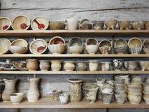 Met de hand gemaakte verschillende kleischotel op plank, Litouwen Royalty-vrije Stock Fotografie