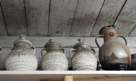 Met de hand gemaakte verschillende kleischotel op plank, Litouwen Stock Foto