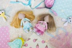 Met de hand gemaakte voddenpoppen met lang eerlijk haar gekleed in lichtblauwe en roze kleding met roomijs Royalty-vrije Stock Fotografie