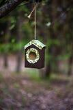 Met de hand gemaakte vogeltrog royalty-vrije stock foto's