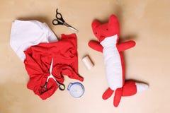 met de hand gemaakte vosmascotte voor baby Stock Foto's