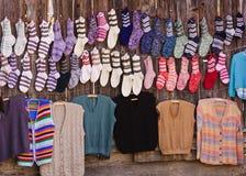 Met de hand gemaakte wolsokken en sweaters Stock Fotografie
