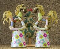 Met de hand gemaakte zachte stuk speelgoed geïsoleerde Nieuwjaarboom en 2 paarden op babybu Stock Foto's