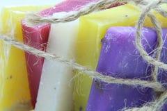 Met de hand gemaakte zeep De stuk zepen Kleurrijke zeep Witte achtergrond Royalty-vrije Stock Afbeeldingen