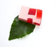 Met de hand gemaakte zeep die op wit wordt geïsoleerdz Stock Fotografie
