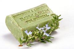 Met de hand gemaakte zeep en een tak van rozemarijn. Stock Afbeeldingen