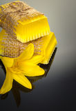 Met de hand gemaakte zeep met gele lelie Stock Foto
