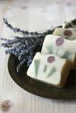 Met de hand gemaakte zeep met lavendel Stock Fotografie