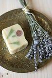Met de hand gemaakte zeep met lavendel Stock Foto's