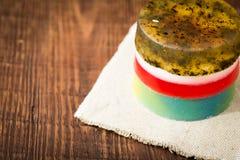 Met de hand gemaakte zeep met natuurlijke kruiden en oliën royalty-vrije stock foto's