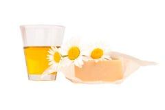 Met de hand gemaakte zeep, natuurlijke olie en madeliefjes Royalty-vrije Stock Foto's